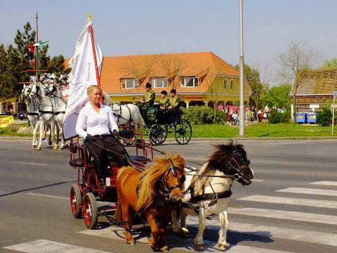 Szent György Napi Lovasünnep Tatán ló- és lovasáldással